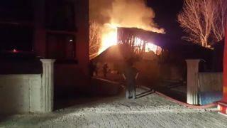 Bolu'da, ahır ve 2 katlı ahşap ev alev alev yandı