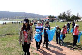 Bolu'da bir araya gelen yüzlerce çocuk piknik alanındaki çöpleri topladı