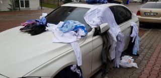 Ev gelmeyen eşinin eşyalarını arabasının üzerine boşalttı