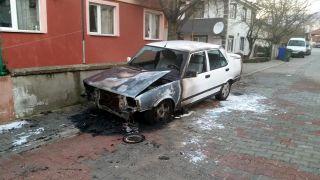 Evinin önünde yanan otomobilinin kundakladığını iddia etti