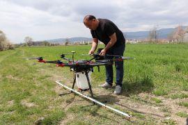 Çiftçi ailesinin oğlu Çalışır, kendi yaptığı ilaçlama dronuyla arazilerini ilaçlıyor