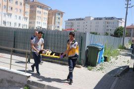 Açık bırakılan pencereden beton zemine düşen çocuk yaralandı