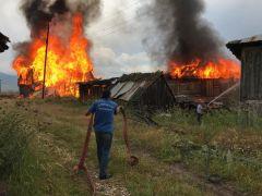 Bolu'da, kullanılmayan 3 köy evi alev alev yandı