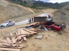 Kontrolden çıkan kereste yüklü traktör devrildi: 1 yaralı