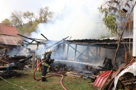Bolu'da yanan ahır ve odunluk küle döndü