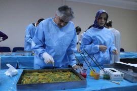 (Özel) Hastalar hem tedavi oluyor hem de Ebru öğreniyor