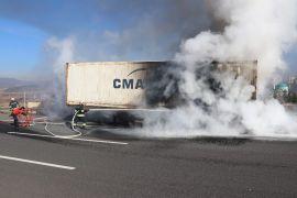Bolu'da, lastiği patlayan tırın dorsesi alev alev yandı