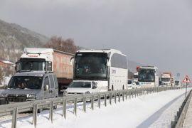 Bolu'da, kar yağışı nedeniyle yaşanan kazalar D-100 kara yolunu kapattı