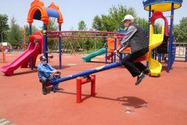 Bolu'da çocuk parkına giden yaşlılar tahterevalliye bindi