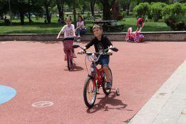 Bolu'da çocuklar parklarda güneşli havanın tadını çıkardı