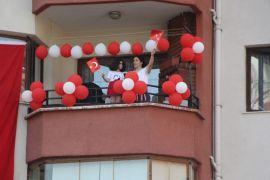 Bolu'da evde kalan site sakinleri müzik eşliğinde spor yaptı