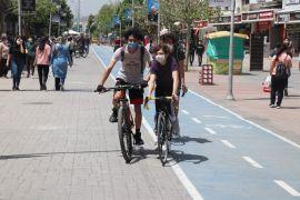 Bolu'da gençler park ve caddeleri doldurdu