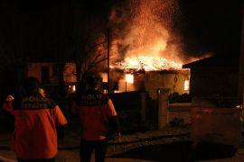 Bolu'da kullanılmayan eski cami alev alev yandı