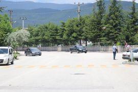 Bolu'da, Cuma namazı için trafiğe açık yol kapatıldı