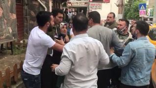 Bolu'da, eşiyle tartışan adama vatandaşlardan sert tepki