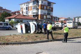 Bolu'da minibüs ile çarpışan polis aracı devrildi: 3 yaralı