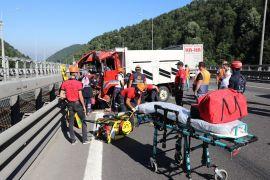 TEM'de, tırla çarpışan kamyonun sürücüsü ağır yaralandı