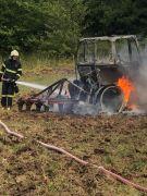 Tarla sürerken yanan traktör küle döndü