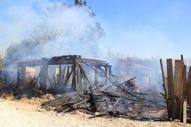 Bolu'da, alev alev yanan 2 baraka ve 1 odunluk küle döndü