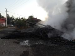 Bolu'da, odunlukta çıkan yangın eve sıçradı