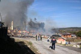Bolu'da köyde çıkan yangın 12 evi kül etti