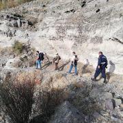 Kayalıklarda mahsur kalan keçiyi kurtarmak için 10 km yürüdüler