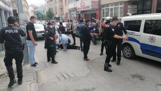 Park kavgasına müdahale eden polisin parmağını kırdılar