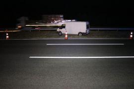 TEM'de kontrolden çıkan minibüs refüje uçtu: 2 yaralı