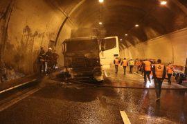 Bolu Dağı Tüneli'nde tır yangını İstanbul yönünü trafiğe kapattı