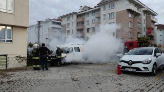 Bolu'da park halindeki otomobil alev alev yandı