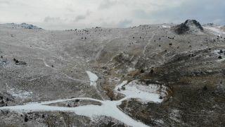 Kartalkaya'da yeşil alanlar beyaz örtüyle kaplandı