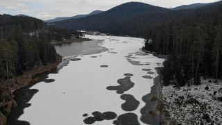 Bolu'da Sarıalan Göleti buz tuttu