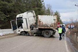 Beton bariyerlere çarpan tır Abant yolunu kapattı: 2 yaralı