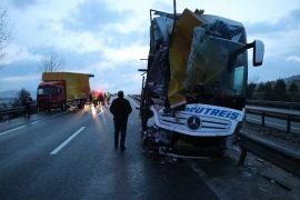Bolu'da, yolcu otobüsü arıza yapan kamyona çarptı: 3 yaralı