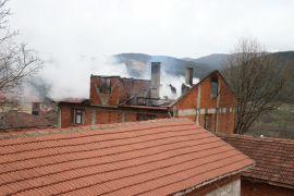 Bolu'da 2 katlı apartmanın çatısı yandı
