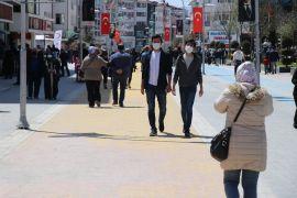 Bolu'da güneşli havayı fırsat bilenler caddeleri doldurdu