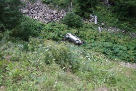 Otomobille 25 metrelik uçuruma yuvarlanan çift ölümden döndü: 1 yaralı